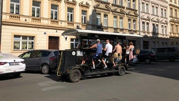 Bierbike fährt durch Prag