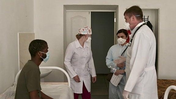 Ärzte und Patient in Klinik