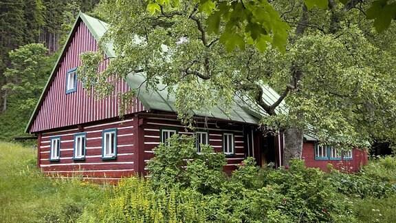 Holzhaus im Wald bei Obri Dul im Riesengebirge, Gebäude, außen, Außenansicht;