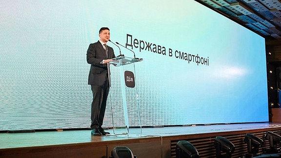 Ukrainischer Präsident Selenskyj stellt die App «Dija» vor.