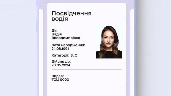 Der Führerschein liegt digital auf dem Handy vor.