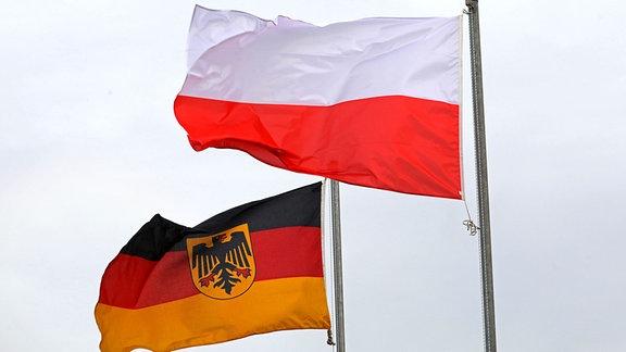 Eine deutsche und eine polnische Fahne wehen nebeneinander, aufgenommen am 23.11.2017 vor einem Appell zur Indienststellung des Truppenübungsplatzes Jägerbrück bei Torgelow.