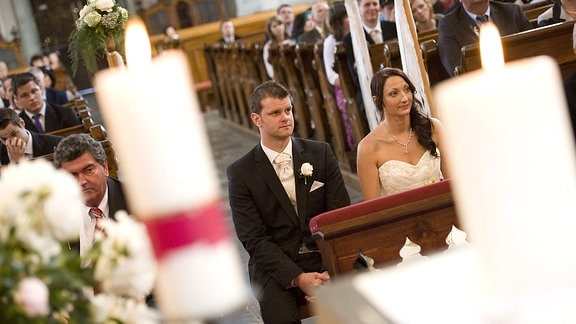 Ein Paar läßt sich in einer Kirche trauen
