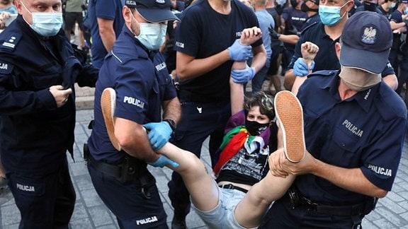 Polizei trägt einen Demonstranten auf einer LGBT-Demo weg.