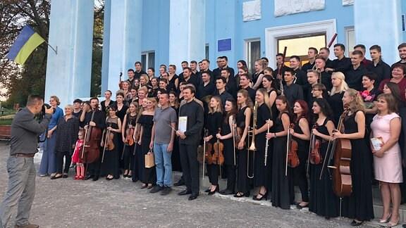 Das Orchester macht ein Gruppenfoto.