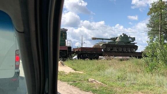 Ein Zug beladen mit Panzern und anderem Kriegsgerät passiert eine Bahnschranke in Sewerodonezk.