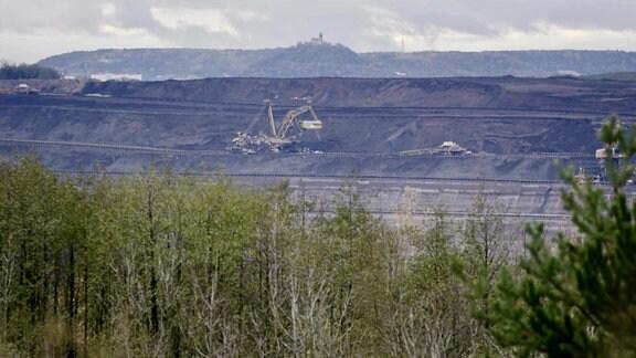 Braunkohlen-Tagebau mit Bagger in Nordböhmen