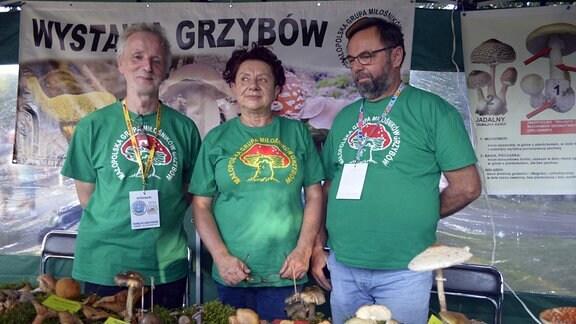 2 Männer und eine Frau zeigen unterschiedliche Pilze