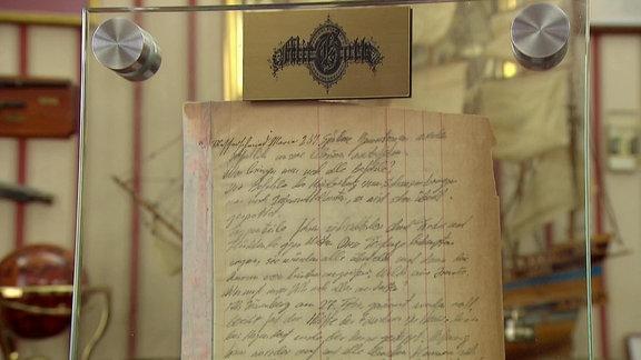 Tagebuchseite in einer Glasvitrine