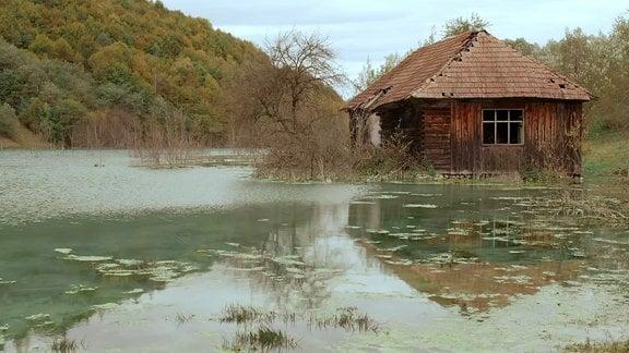 Ein Haus steht in Wasser