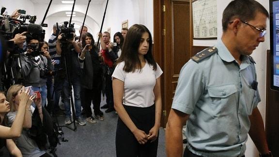 Angelina Khachaturian wird in den Gerichtsaal geführt