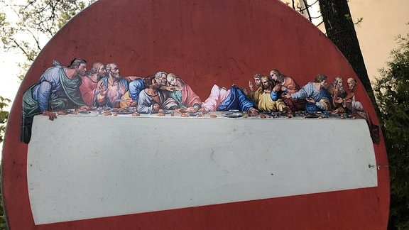 Ein Straßenschild mit Jesus und den Aposteln