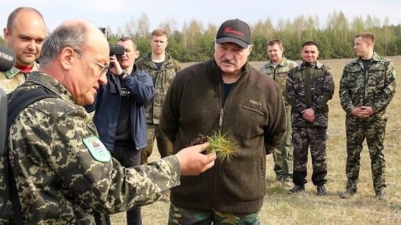Alexander Lukaschenko im Gespräch mit Nationalparkmitarbeitern