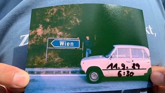 """Altes Auto mit """"Dankeschön"""" an Ungarn"""