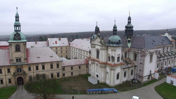 Wallfahrtskirche Mariánské Radčice/Maria Ratschitz in Nordböhmen aus der Luft
