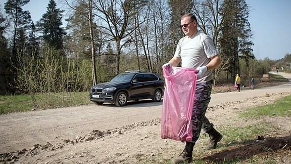 Premier Skvernelis mit einer Mülltüte