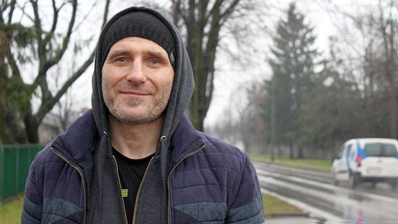Ein Mann auf einer Straße in Oswiecim/Polen.