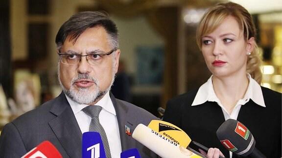 Der Außenminister der selbsternannten Volksrepublik Lugansk, Vladislav Deinego und die Außenministerin der selbsternannten Volksrepublik Donezk, Natalya Nikonorova am 1. Oktober 2019 in Minsk.