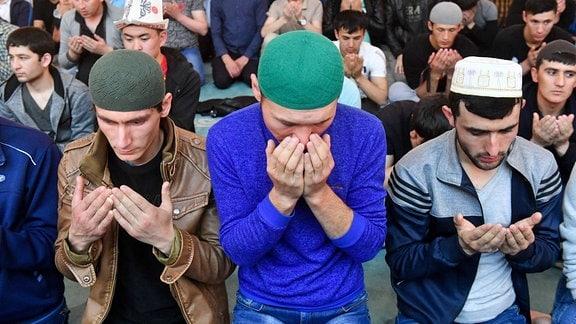 Muslime beeten beim Fest des Fastenbrechens.
