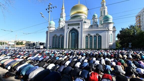 Muslime beeten zum Fest des Fastenbrechens vor der Moskauer Kathedralmoschee.