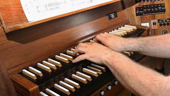 Ein Organist an einer Orgel
