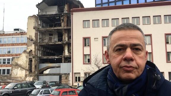 Andrej Ivanji vor zerbomten Haus