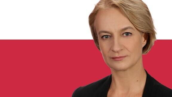 Ostbloggerin Monika Sieradzka vor polnischer Flagge.