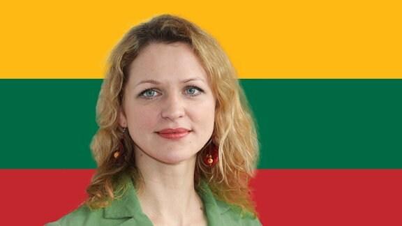 Frau vor Flagge