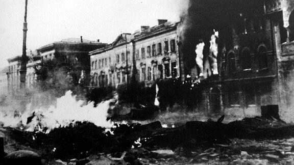 Brennende Häuser während des Warschauer Aufstands 1944