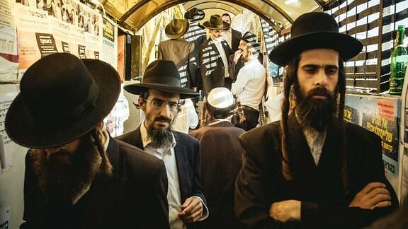 Pilger in der Hauptsynagoge am Grab von Rabbi Nachmann in Uman