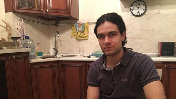 Ein Mann sitzt in einer Küche
