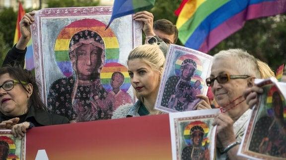 Demonstranten halten während der Demonstration Plakate mit Bildern der Jungfrau Maria.