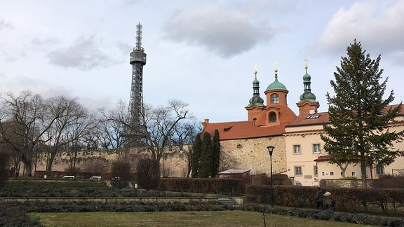 Auf dem Hügel Petřin in Prag steht ein Aussichtsturm und eine Kirche.