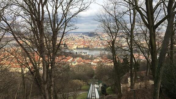 Ausblick von der Seilbahn Burg auf das Prager Stadtbild.