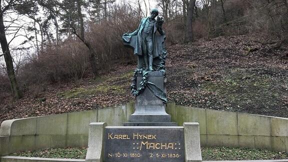 Im Park steht die bekannteste Statue Prags von Karel Hynek Máchaeine.