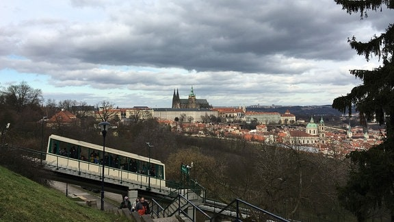 Ausblick auf die Prager Stadt und die Seilbahn.