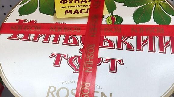Eine Kiewer Torte in einer Metallbüchse.