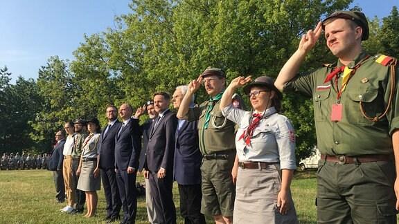 Pfadfinder mit Veteranen beim  Appell anläßlich des 75. Jahrestags des Warschauer Aufstands.