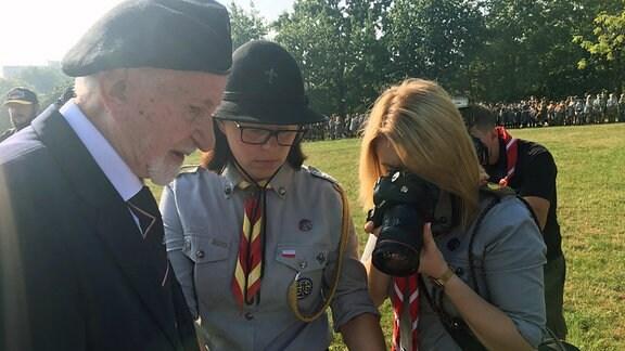 Pfadfinder sprechen mit dem Veteran Leszek Żukowski