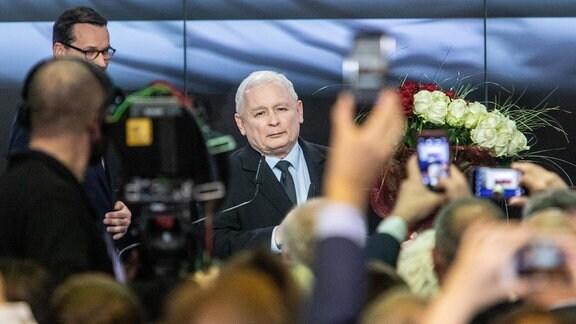 Jaroslaw Kaczynski steht vor der Presse.
