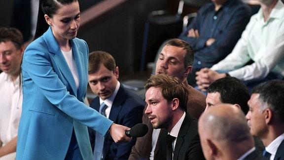 Schauspieler Alexander Petrov telefoniert mit Putin
