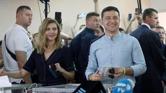 Wolodymyr Selenskyj (2. r), Präsident der Ukraine, und seine Ehefrau Olena