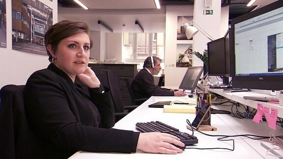 Elisa, Architektin aus Italien, sitzt an ihrem Computer