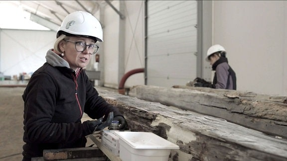 Konservatorenarbeiten an alten Holzbalken, im ehemaligen KZ Auschwitz-Birkenau
