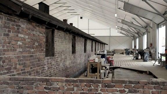 Altes Gebäude unter einem Zeltdach, im ehemaligen KZ Auschwitz-Birkenau