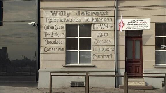 Historisches Haus in Danzig mit deutscher Reklame