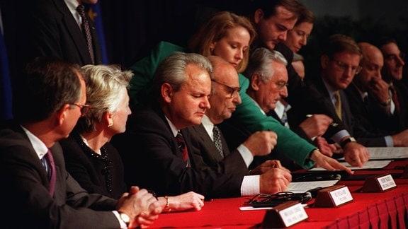 Slobodan Milošević, Alija Izetbegović und Franjo Tuđman unterzeichnen 1994 das Friedensabkommen von Dayton