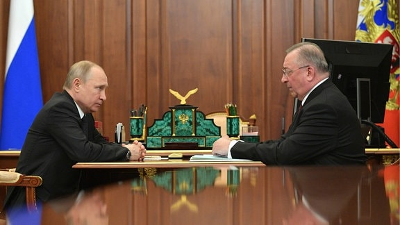 Vladimir Putin (L) und Transneft-Präsident Nikolai Tokarew