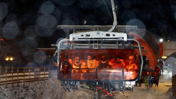Großer Menschenandrang bis zum Abend auf den Skipisten im niederschlesischen Karpacz Krummhübel