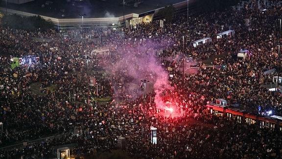Menschen demonstrieren in der Innenstadt gegen eine Verschärfung des Abtreibungsrechts in Polen.